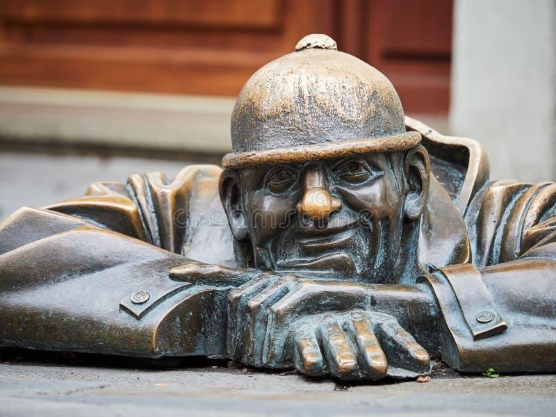 BRATISLAVA, SLOVAQUIE - 1ER SEPTEMBRE 2017 Homme au travail, statue à Bratislava, Slovaquie image stock