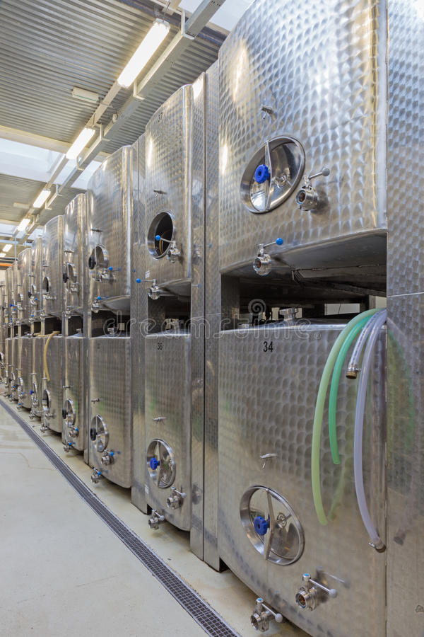 BRATISLAVA, SLOVAQUIE - 30 JANVIER 2014 : D'intérieur producteur slovaque de fabricant de vin du grand images libres de droits