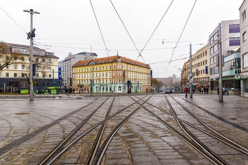 BRATISLAVA, SLOVAQUIE - 4 JANVIER 2014 : les voies de tram sur un vieux image libre de droits