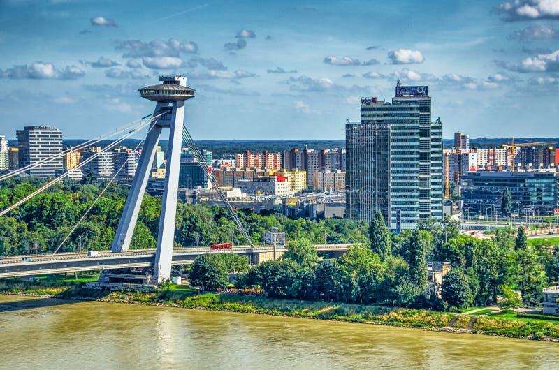 BRATISLAVA, SLOVAQUIE - JUILLET 2011 : Arête de B du soulèvement national slovaque, pont d'UFO, au-dessus du Danube Bratislava at photos libres de droits