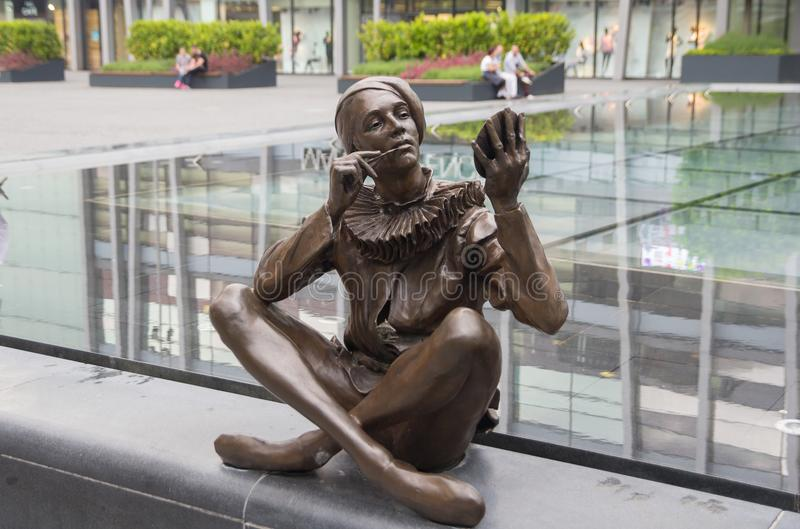 Bratislava, Slowakei - Mai 2016: Statue der Frau Make-up im Eurovea-Einkaufszentrum in Bratislava Slowakei anwendend stockfotografie
