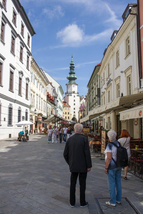 Bratislava, Slowakije - Augustus 5, 2014 Bejaarde toeristen op de straat van Bratislava Elke dag komen vele toeristen aan Bratisl stock afbeeldingen