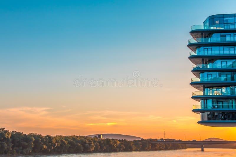 Bratislava, Slowakije - Augustus 15, 2017: Voortbouwend op de linkeroever van de rivier van Donau in de stad van Bratislava, Slow royalty-vrije stock foto's