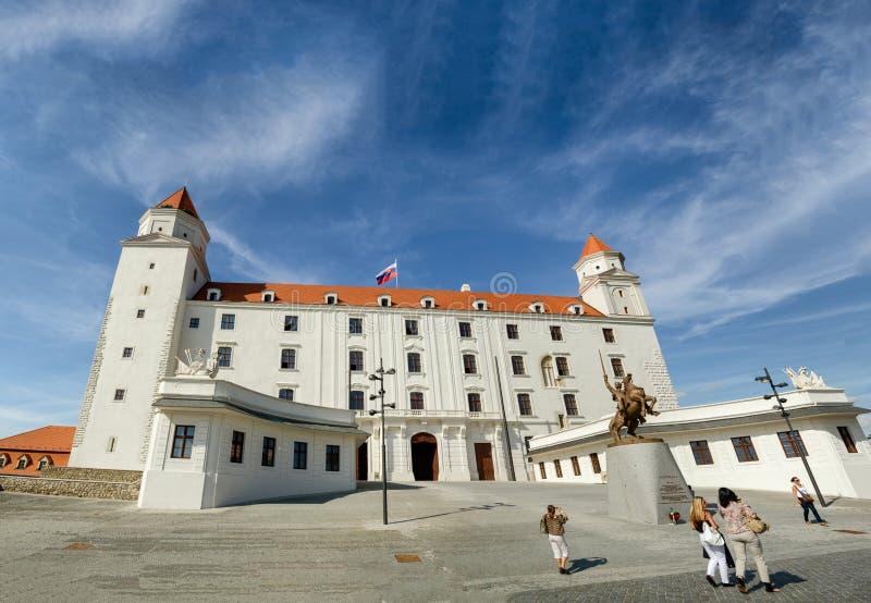 BRATISLAVA, SLOWAKIJE - JULI 2011: Kasteel van Bratislava op een mooie zonnige dag, Slowakije stock foto
