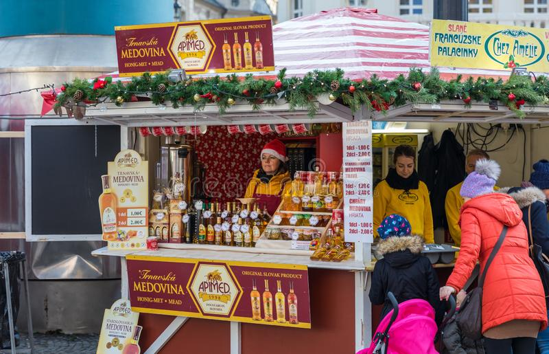 Bratislava, Slowakije - November 25, 2017: Weergeven op Kerstmisteken stock foto