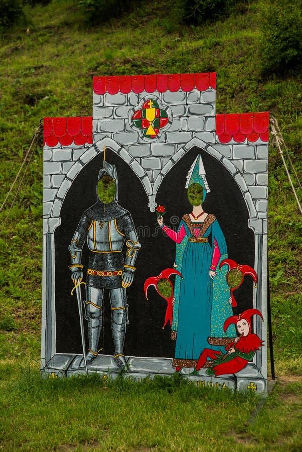 Bratislava, Slowakije: Tantamareski die ridders en prinsessen, een fototribune voor de toeristen van een fotospruit afschilderen  royalty-vrije stock foto