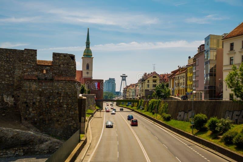 Bratislava, Slowakije: Weergeven op de stad van Bratislava met St Martin Kathedraal UFObrug over de rivier van Donau stock foto