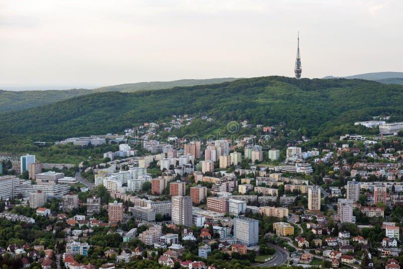 Bratislava-Straßen von oben genanntem mit Kamzik Fernsehturm im Hintergrund, Slowakei stockbilder