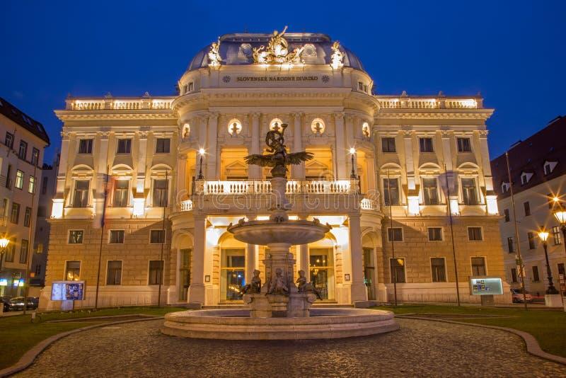 Bratislava - teatro nacional na noite foto de stock royalty free