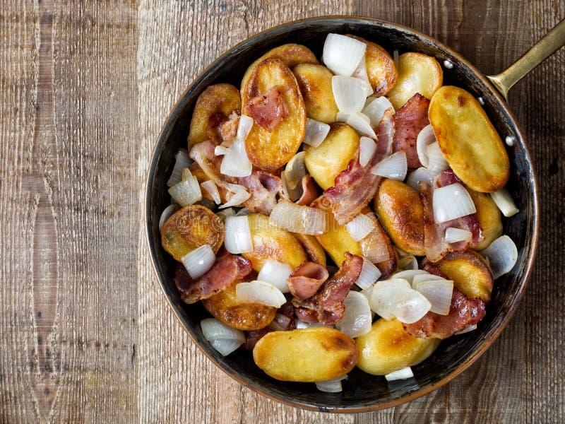Bratkartoffeln alemão rústico das batatas fritas caseiras fotografia de stock