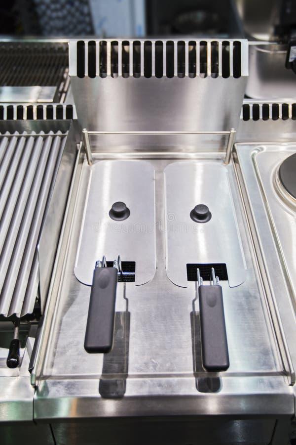 Bratpfanne auf Restaurantküche Vielzahl von Geräten auf Zähler in der Handelsküche lizenzfreies stockbild