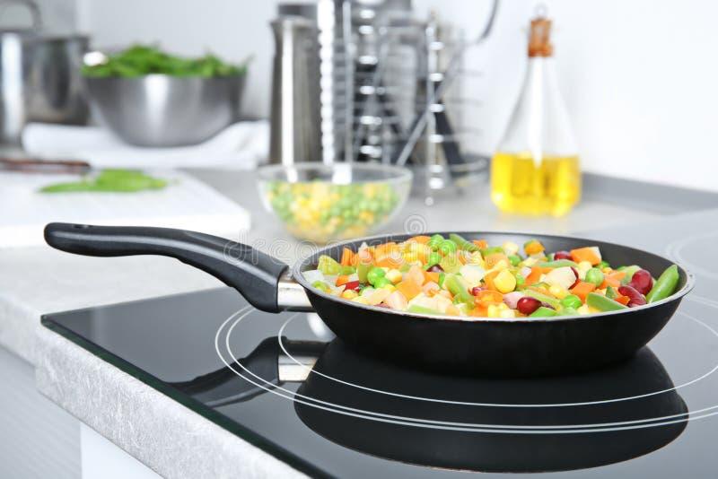 Bratpfanne mit gefrorenem Gemüse lizenzfreies stockfoto