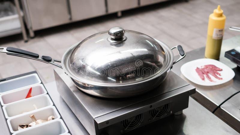 Bratpfannenküchengerät-Fachmannrestaurant stockbilder