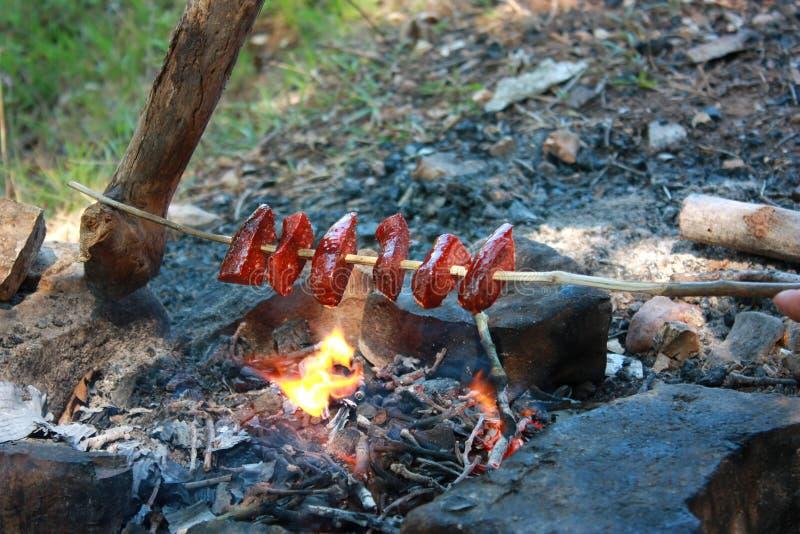 Bratwürste auf Feuer lizenzfreie stockbilder