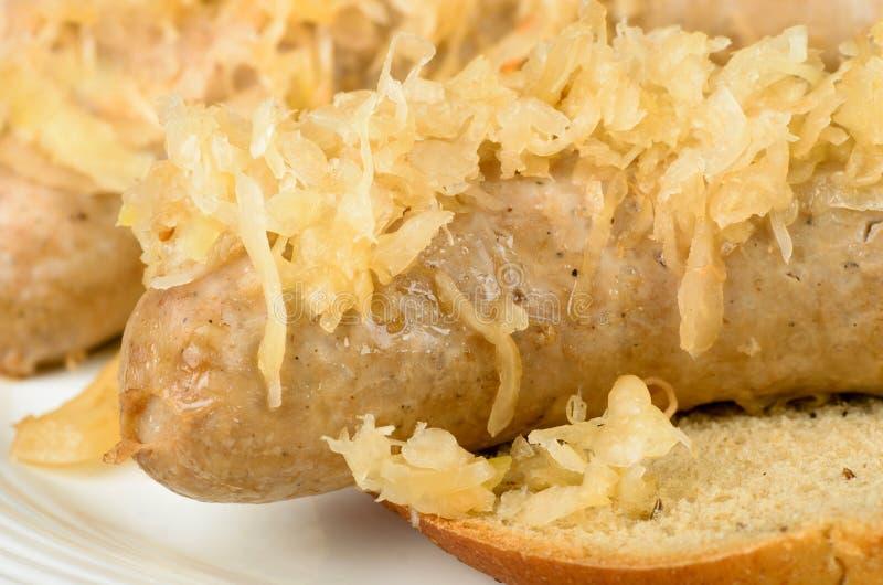 Bratwurst cuite au four avec la choucroute images stock