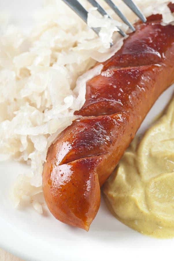 Bratwurst et choucroute image stock
