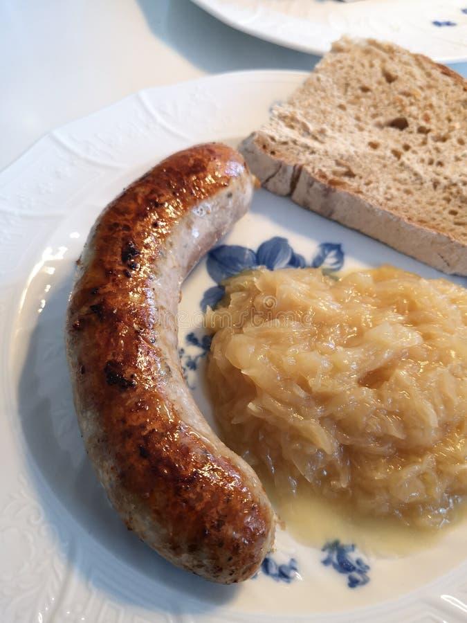 Bratwurst franconienne allemande avec la choucroute et le pain photos stock