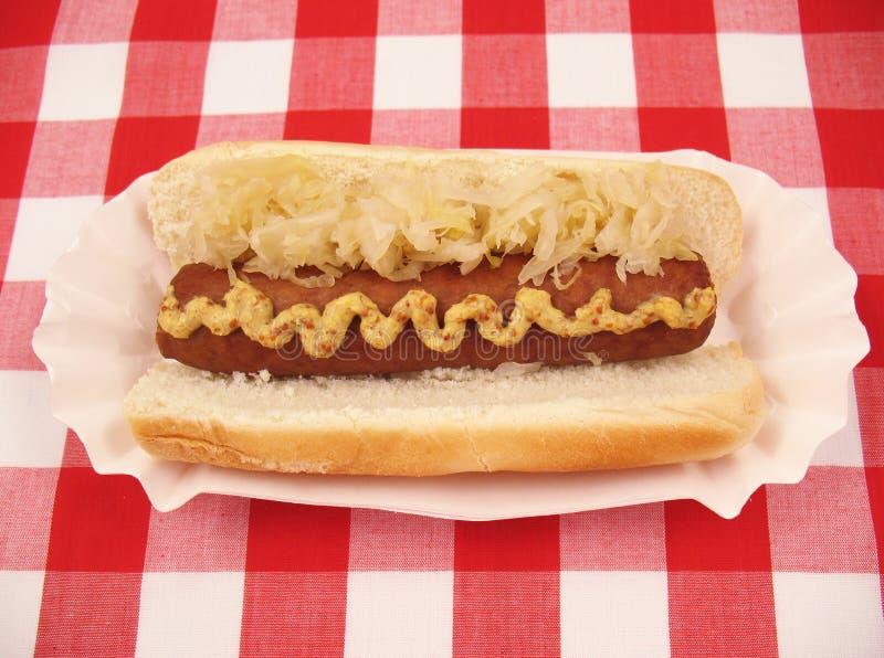 Bratwurst mit Sauerkraut lizenzfreie stockbilder