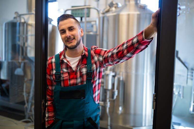 Brauer, der an der Brauerei steht lizenzfreies stockfoto
