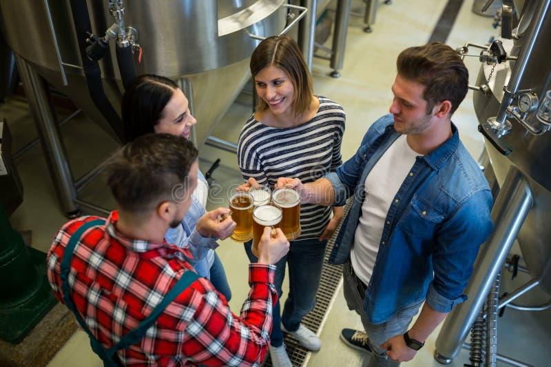Brauer, die Biere an der Brauerei rösten lizenzfreie stockfotos