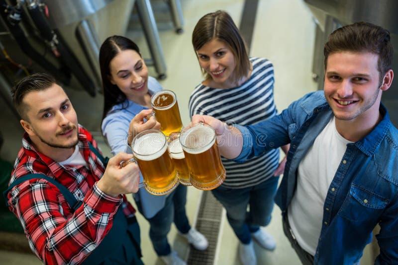 Brauer, die Biere an der Brauerei rösten lizenzfreies stockfoto