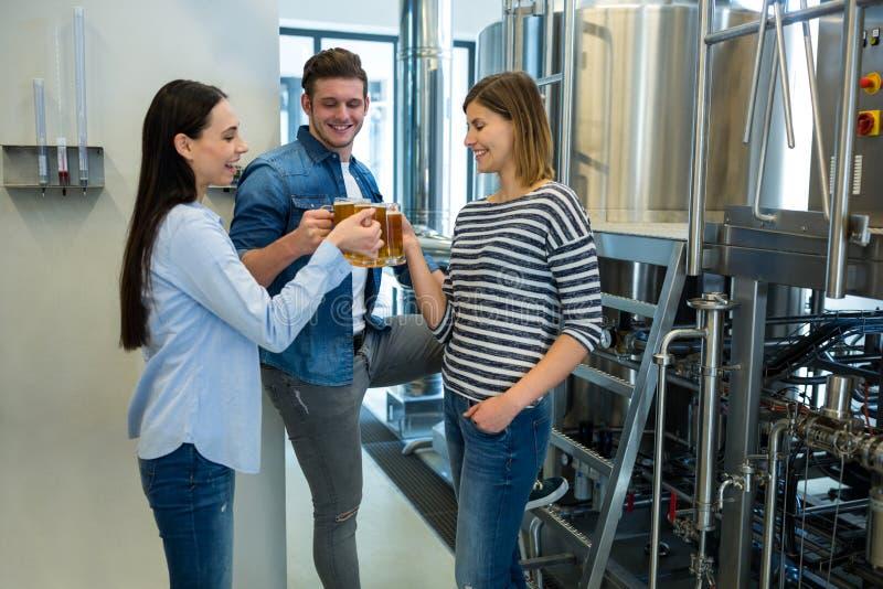 Brauer, die Biere an der Brauerei rösten stockbild
