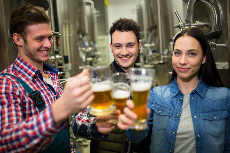 Brauer, die Biere an der Brauereifabrik rösten lizenzfreie stockfotos