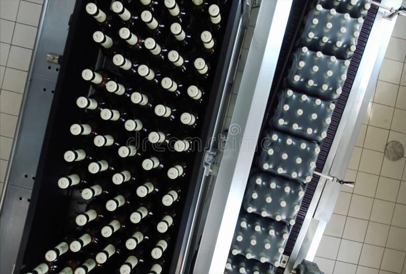 Brauerei, Abfüllen und Flaschenübertragung stockfoto