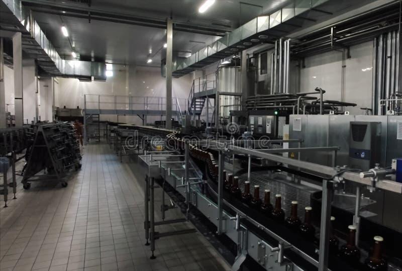 Brauerei, Abfüllen und Flaschenübertragung stockbilder