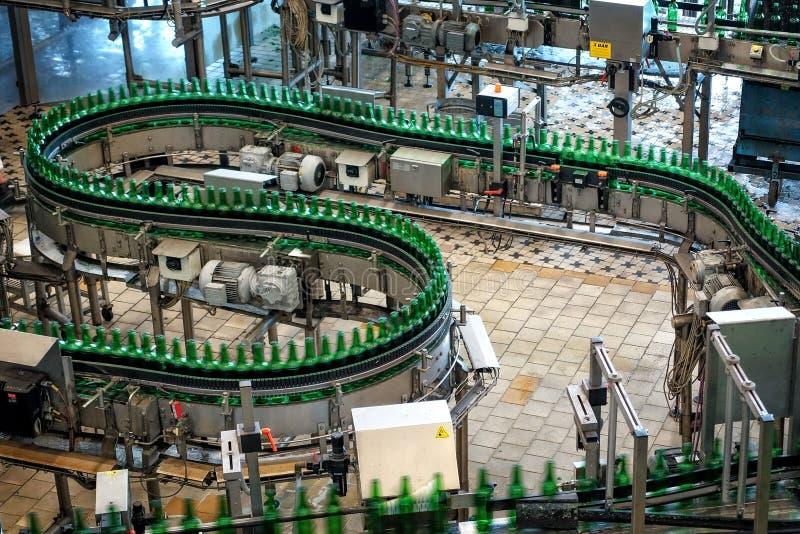 Brauerei Budvar Budweiser Füllen Sie das Sortieren, das Waschen und Bierflaschewerkstatt mit Versammlunglinien ab lizenzfreies stockfoto