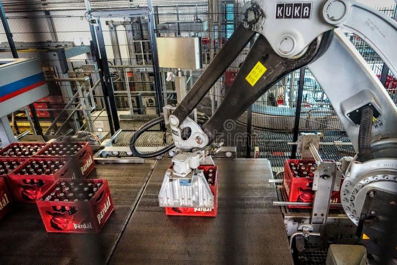 Brauerei Budvar Budweiser Füllen Sie das Sortieren, das Waschen und Bierflaschewerkstatt mit Versammlunglinien ab stockfotografie