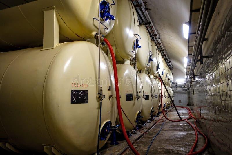Brauerei Budvar Budweiser Keller mit Gärungsbierfässern stockfoto