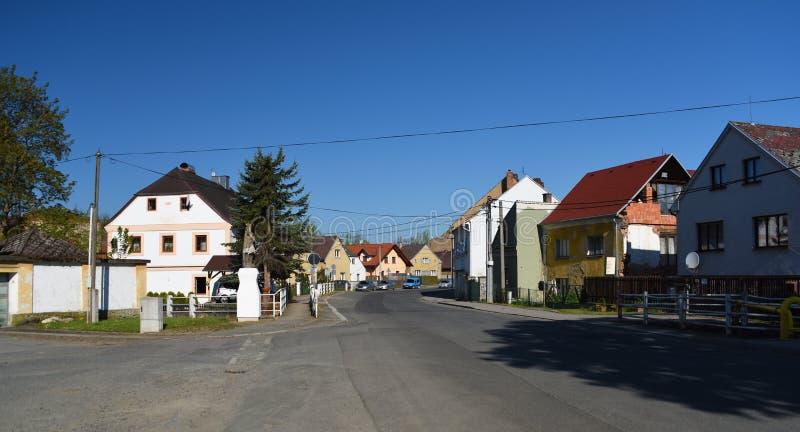 Brauerei und Kirche im Dorf stockfotos