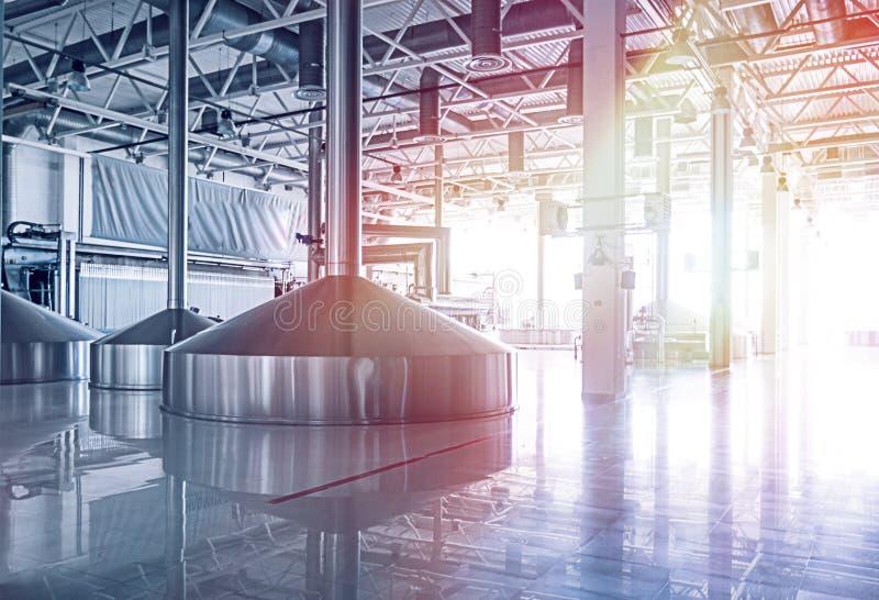 Brauereibehälter mit Biergärung Innenraum der modernen Brauerfertigung Fabrikausrüstung für Bierherstellung glänzend stockfotografie