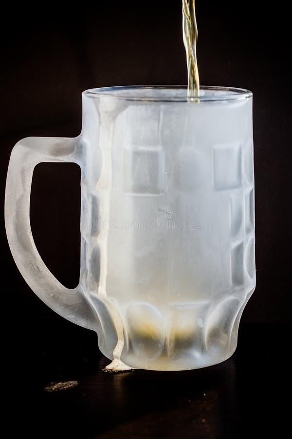 Braune Flasche des Bieres auf schwarzem Hintergrund lizenzfreie stockfotografie