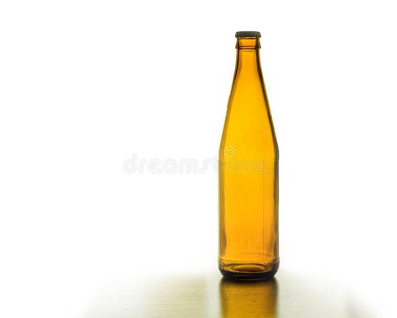 Braune Flasche des Bieres auf weißem Hintergrund stockfotos