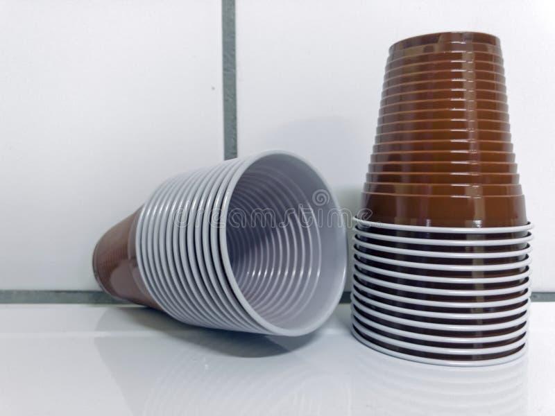 Braune Plastikwegwerfschalen stockbilder