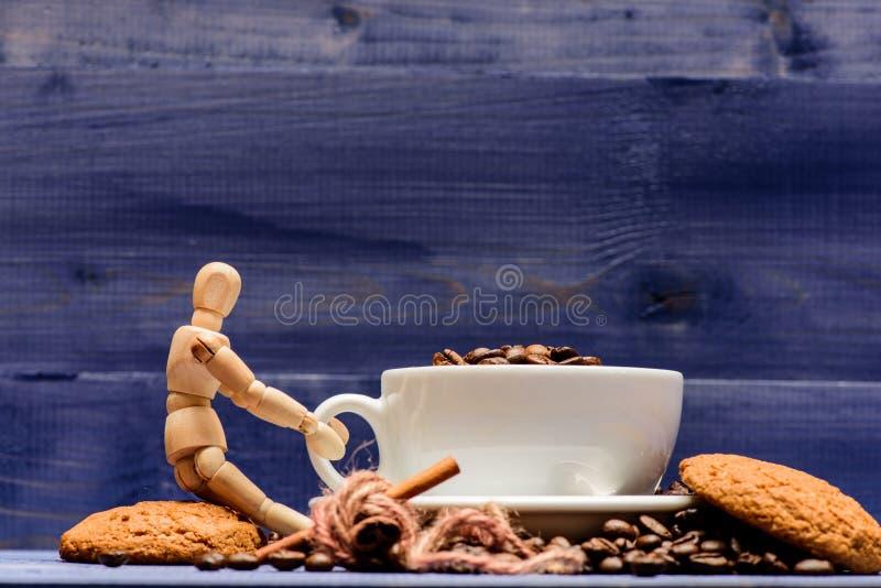 Brauner gebratener blauer h?lzerner Hintergrund der Bohne des vollen Kaffees der Schale Frische gebratene Kaffeebohnen Koffeinkon lizenzfreie stockfotografie