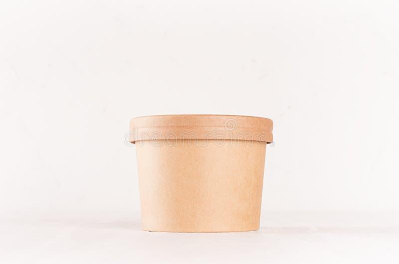 Brauner Papierwegwerfkasten des freien Raumes für Mitnehmernahrung - Suppe, Salat, Eiscreme auf weißer hölzerner Regalnahaufnahme stockbilder
