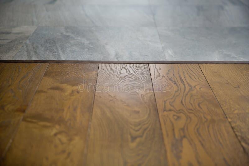 Braunes Holz der Perspektive ?ber Unsch?rfe in der Kaffeestube - kann f?r Anzeige oder Montage verwendet werden Ihre Produkte Spo stockbild