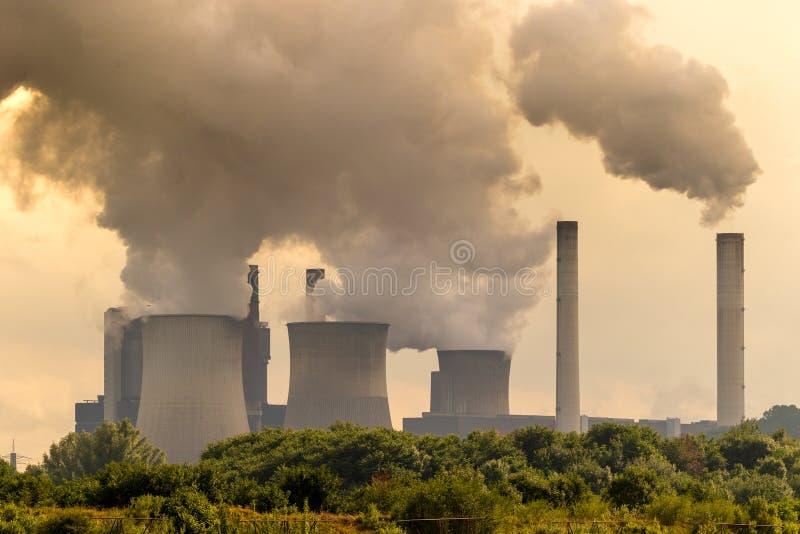 Braunkohle-Kraftwerkemission stockfotografie