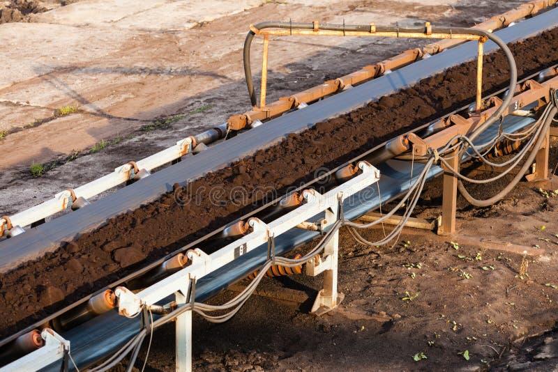 Braunkohlebergwerk im Tagebau Bandförderer stockfoto