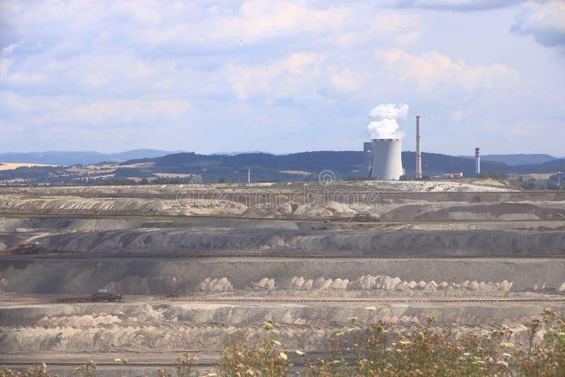 Braunkohlebergwerk nahe ledvice/bilina in der Tschechischen Republik stockbilder