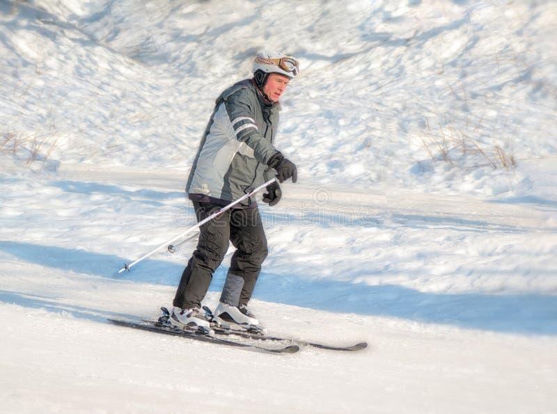 Braunlage, Alemania - 15 Februar 2015: Día de fiesta de los deportes de invierno para la familia El pensionista está esquiando Ac imagen de archivo libre de regalías