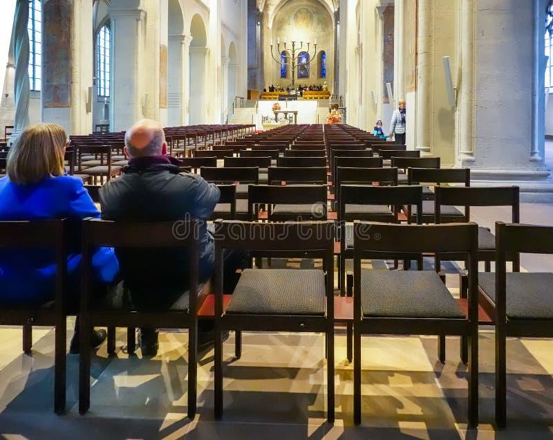 Braunschweig, Germania, il 4 novembre , 2018: Più vecchie coppie che si siedono al bordo di ultima fila sulle sedie di una chiesa fotografia stock libera da diritti