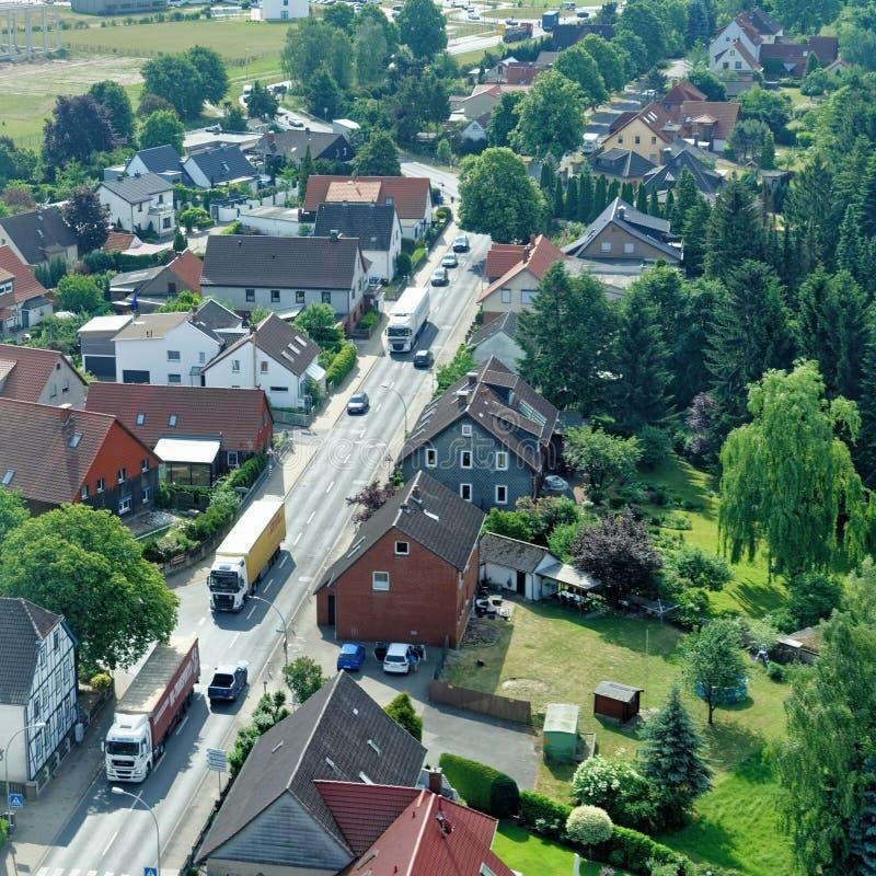 Braunschweig lägre Sachsen, Tyskland, Maj 24, 2018: Förort med trafik av lastbilar och bostads- byggnader arkivfoton