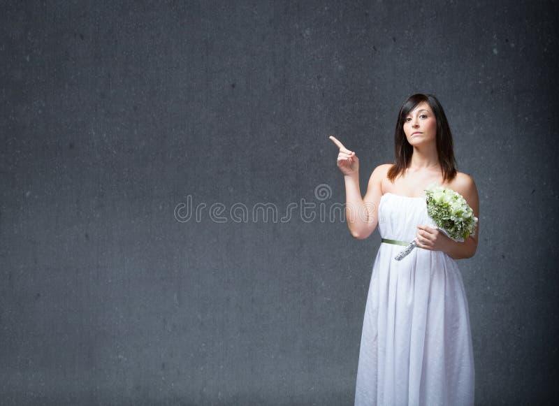 Braut angezeigt mit dem Finger lizenzfreie stockfotografie