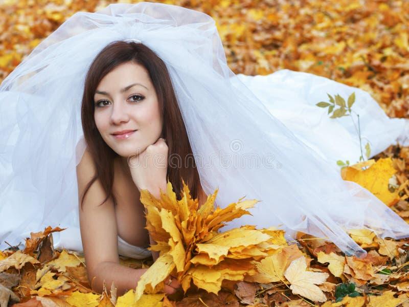 Braut auf Blättern stockfoto