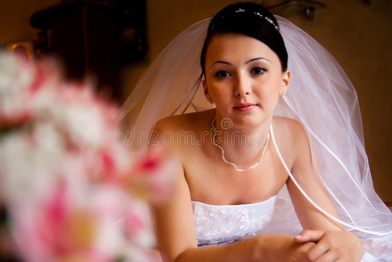 Braut auf dem Bett stockfotos