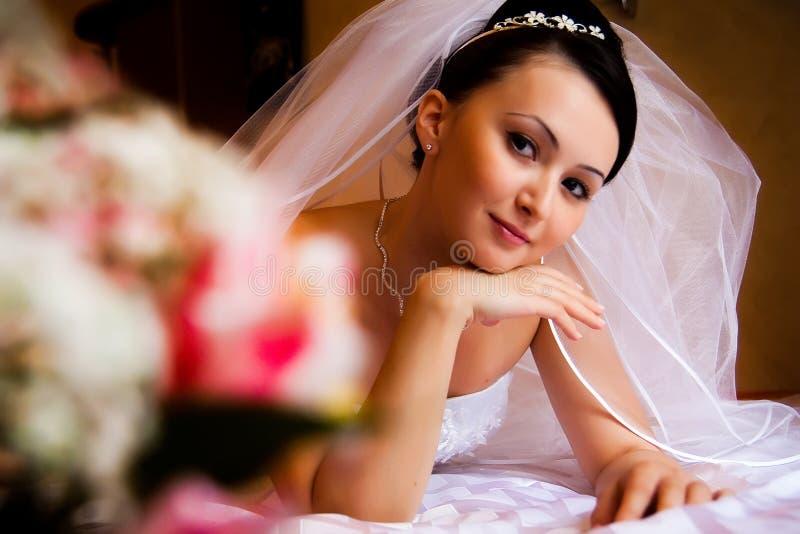 Braut auf dem Bett stockbilder